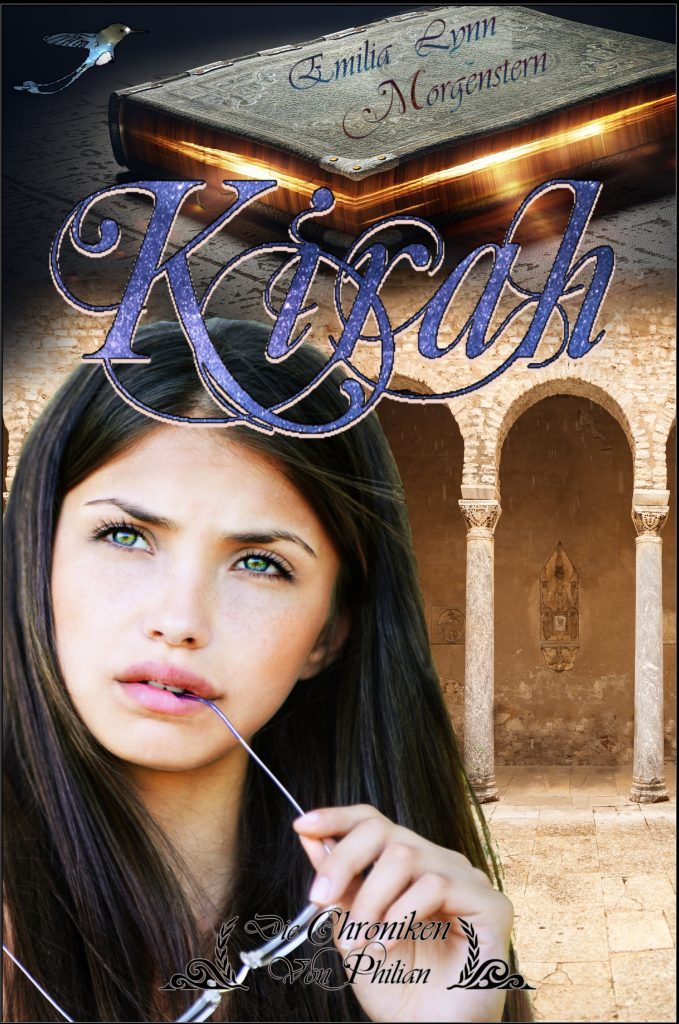 """Cover zu """"Kirah"""" Die Chroniken von Philian 5 von Emilia Lynn Morgenstern High-Fantasy für Erwachsene. Beschreibung: Im Vordergrund ist eine junge schwarzhaarige Frau zu sehen, die gedankenvoll nach oben schaut und dabei auf dem Bügel ihrer Lesebrille herumkaut. Hinter ihr sind gemauerte Bögen aus hellem Stein zu sehen. Im oberen Teil des Bildes befindet sich ein magisches Buch, aus dessen Seiten ein helles Licht hervorstrahlt."""